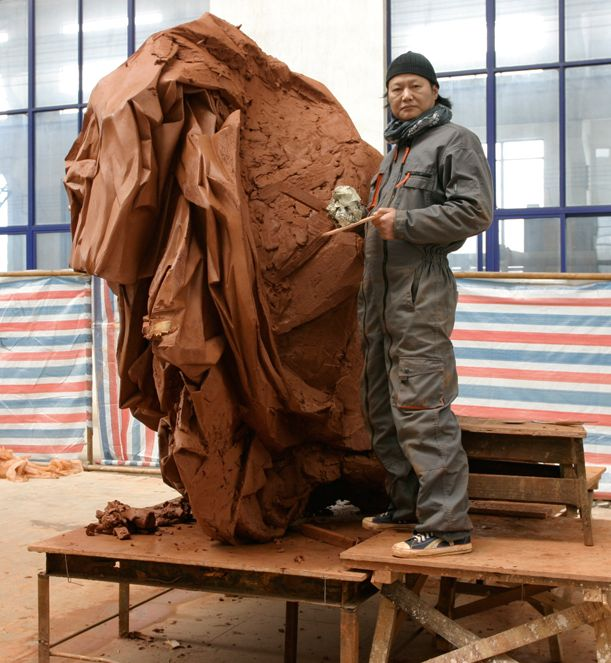 Portrait Wang Du mit dem Tonmodell von Modes de Chinois, 2007
