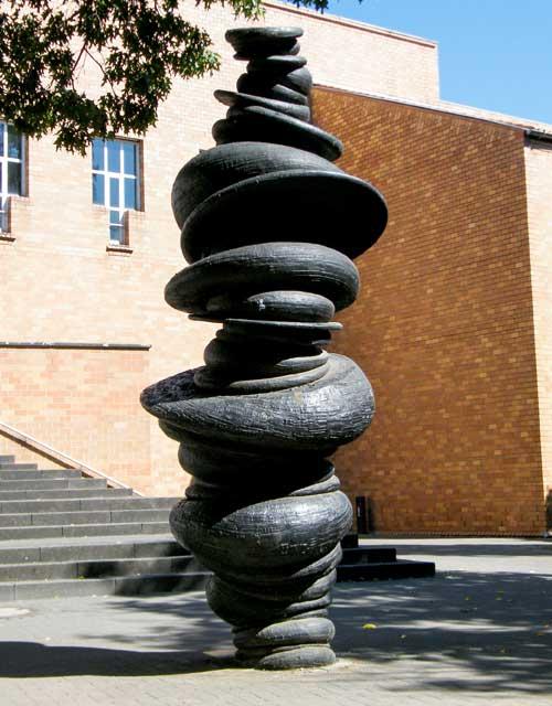 Skulptur: Wirbelsäule von Anthony Cragg (2)